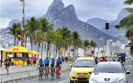 Het Belgische kwintet – Gilbert, Van Avermaet, Wellens, De Plus en Pauwels – traint langs de Copacabana.