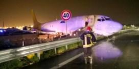 Vliegtuig crasht tijdens landing en komt op weg terecht