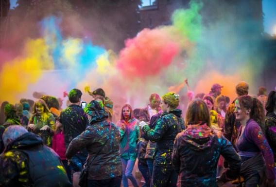 Cie Artonik tovert het Hasseltse Dusartplein om tot een Indiase orgie van kleur.