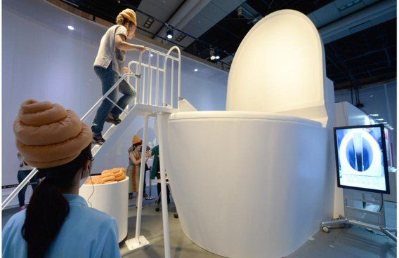 Een reuzetoiletpot in een wetenschapsmuseum in Tokio. Ook in stoelen en zetels laten we darmbacteriën achter.