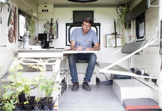 Toon Roosen in zijn mobiel kantoor. 'Zo kan ik ter plaatse werken en de tuin echt ervaren.'