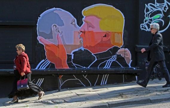 Een muurschildering in Litouwen laat er geen twijfel over bestaan dat de Amerikaanse presidentskandidaat Trump en president Poetin elkaar genegen zijn.