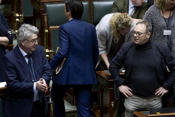 Hendrik Vuye (links, naast Peter De Roover in de Kamer) betreurde de 'ondoordachte en vaak overbodige kreten'.