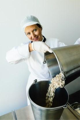 Griet Daelemans vult tot 400 potjes per dag met een eigen mix van havermout, gedroogde vruchten, noten, kruiden en quinoa.