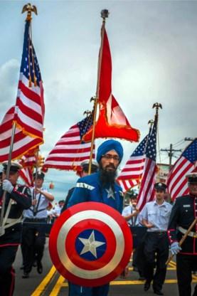 1. Vishavjit Singh met zijn vrouw Satpal, thuis in New York.2. Zijn Captain America-schild is een geschenk van zijn vrouw.3. Op 30 mei van dit jaar, tijdens de Memorial Day Parade in Great Neck, New York.4. Singh stuurt de Republikeinse presidentskandidaat  Donald Trump elke dag een e-card met een gedicht en oude wijsheden.5 en 6. In een betoging tegen racisme op de eerste dag  van de Republikeinse conventie in Cleveland.