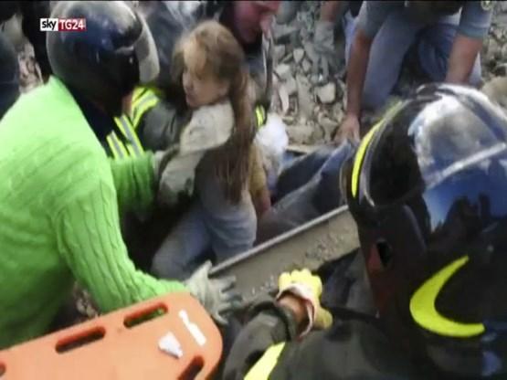 'Ze leeft': meisje na 17 uur van onder puin gered