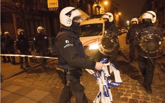 De arrestatie van Salah Abdeslam in Molenbeek. Een noodplán is er, over de noodtoestand wijzen nog niet alle neuzen in dezelfde richting.