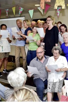 De bewoners zingen het slotlied.