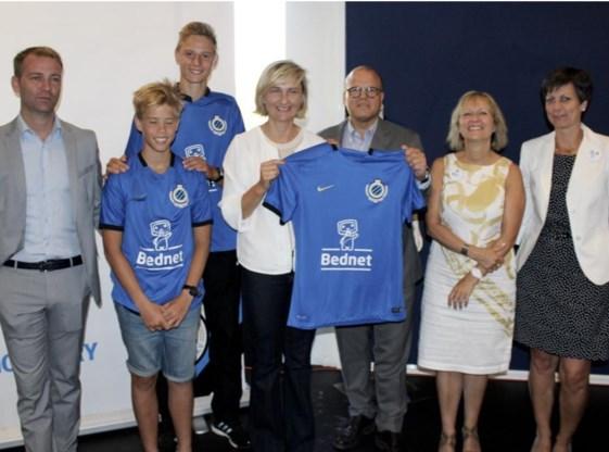 De voorzitter van Club Brugge, Bart Verhaeghe, overhandigde de Bednet-shirts aan Ward, die het systeem drie jaar gebruikte, en aan minister Hilde Crevits.