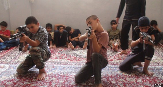 IS-kinderen krijgen een militaire opleiding.