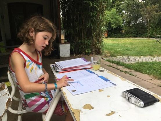 """<p>Zes jaar is ze en ze verlangt zozeer naar school dat ze haar schoolboeken van vorig jaar erbij heeft gehaald. <span class=""""credit"""">Mine Dalemans</span></p>"""