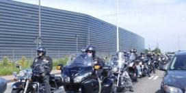 Motorclub begeleidt gepest meisje naar schoolpoort