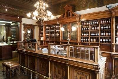 """<p>Bij de apotheker: Muylaert in Antwerpen <span class=""""credit"""">rr</span></p>"""
