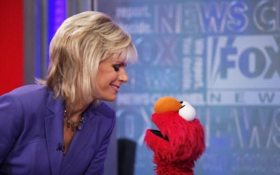 Gretchen Carlson, die hier bezoek kreeg van Elmo, laat haar rechtszaak vallen in ruil voor excuses en 20 miljoen dollar.