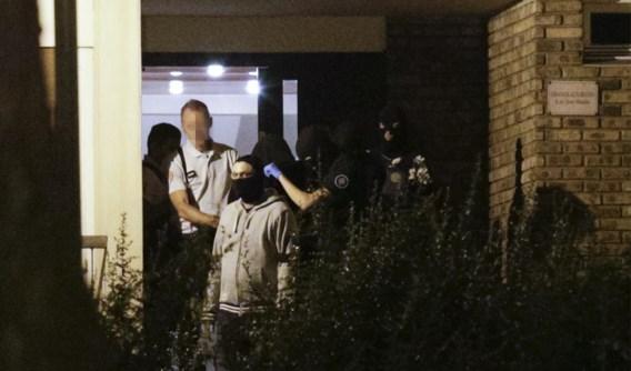 De Franse politie pakt een van de vrouwen op in Boussy-Saint-Antoine.