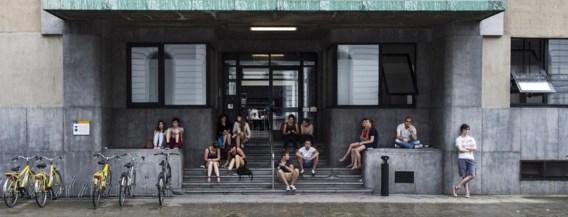 Op basis van de cijfers van precies 1 jaar geleden lokken de universiteiten minder volk. Maar het academiejaar start pas over twee weken.