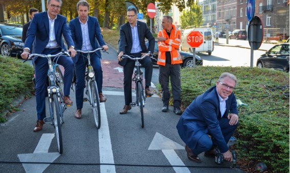 De kabinetschef van minister Ben Weyts, Bart Van Camp, plaatste gisteren één van de vele  fietstelpunten in Leuven.