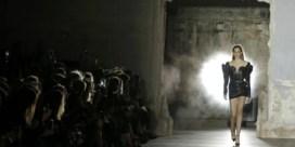 IN BEELD. Anthony Vaccarello debuteert bij Yves Saint Laurent