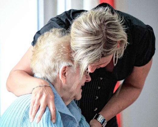 Samen eten om eenzame bejaarden te helpen
