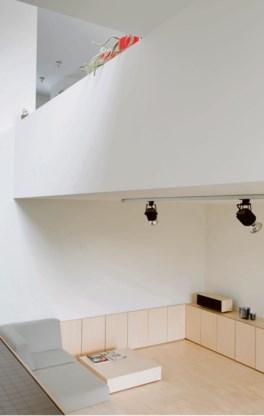 Het atelier in de kelderverdieping werd een living, erboven kwam de keuken.
