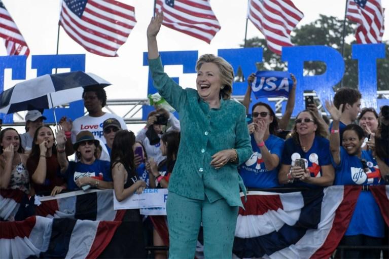 Hillary Clinton vindt plezier in de regen tijdens speech