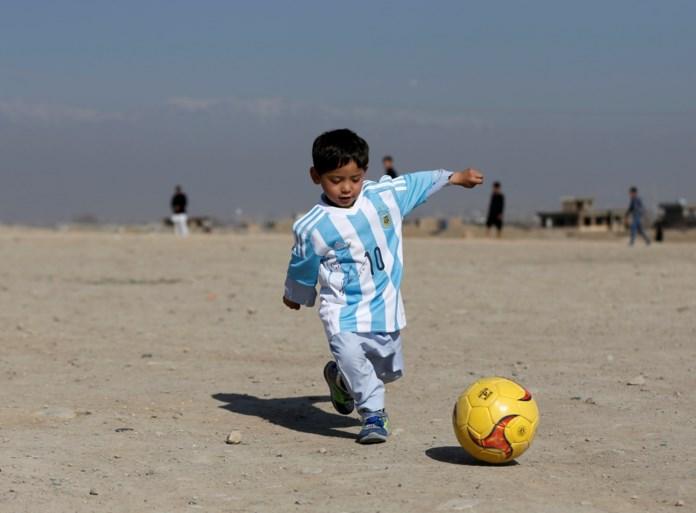 Eindelijk: Afghaans jongetje met plastic zak als shirt ontmoet zijn held Messi