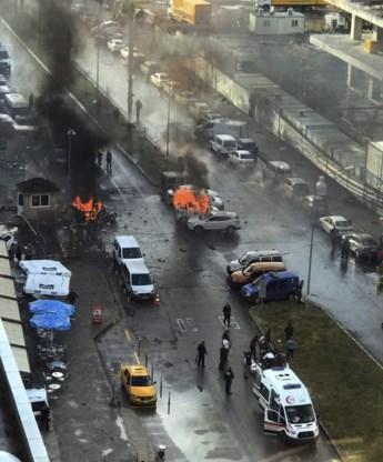 Autobom en vuurgevecht bij gerechtsgebouw Izmir: 'Twee verdachten doodgeschoten'