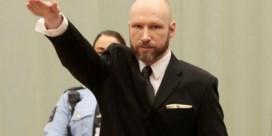 Massamoordenaar Anders Breivik maakt Hitlergroet bij begin proces