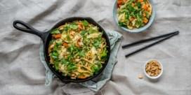 RECEPT. Aziatische éénpanspasta met paksoi, paprika en wortel