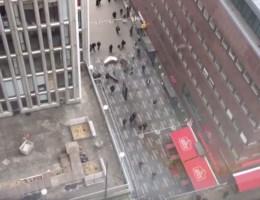 VIDEO. Mensen vluchten weg van truck in Stockholm