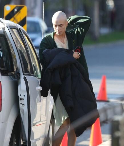 Cara Delevingne scheert zich volledig kaal
