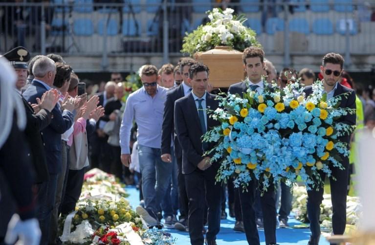 Mensenmassa neemt afscheid van overleden Michele Scarponi