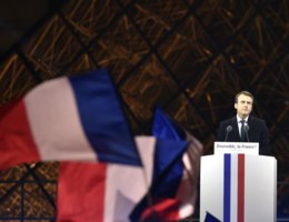 Van de indrukwekkende entree tot de kussen met Brigitte: dit was Macrons overwinningsspeech