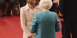 Hoofdredactrice Vogue krijgt lintje opgespeld door Queen