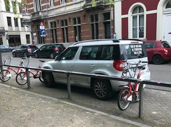 Medewerker van Antwerpse winkel zet foutparkeerder vast met Velokes
