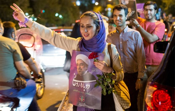 Rohani verslaat aartsrivaal en blijft in Iraans zadel