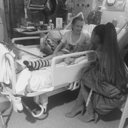 Ariana Grande bezoekt gewonde fans