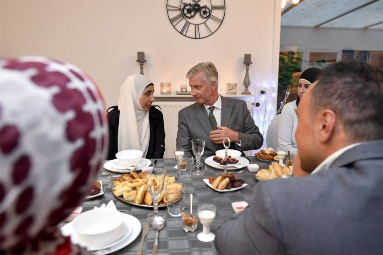 Koning Filip breekt vasten bij moslimfamilie in Evergem