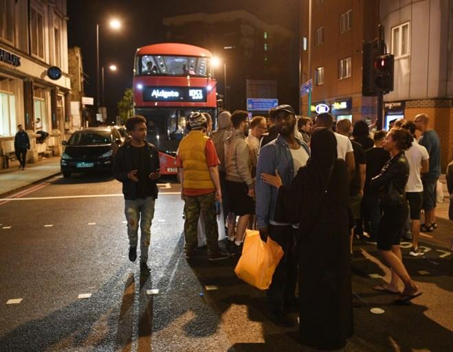 Eén dode en minstens acht gewonden nadat bestelwagen inrijdt op voetgangers in Londen