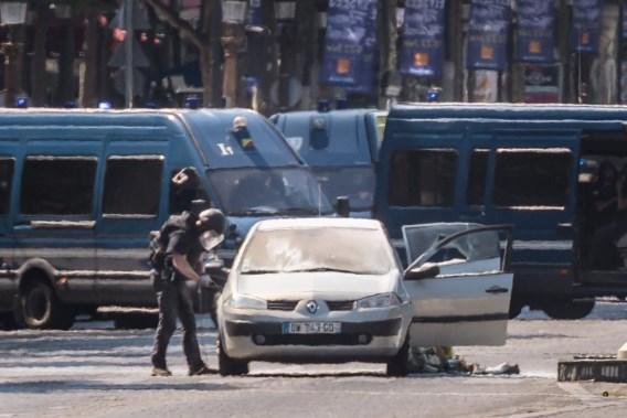 Man rijdt met gasflessen en explosieven in op politiebus aan Champs-Elysées