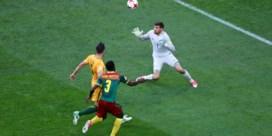 Foutje van Ryan, maar... videoref bezorgt Australiërs toch puntje tegen Kameroen van Broos