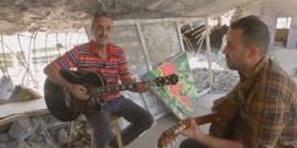 Twee Irakezen brengen pakkende versie van 'Imagine' in kapotgeschoten Mosul