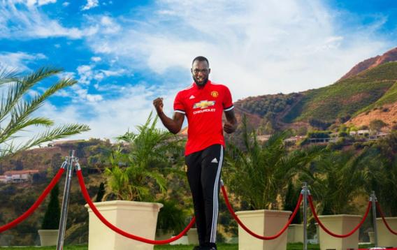 Manchester United bevestigt officieel transfer van Romelu Lukaku, coach Mourinho spaart lof niet