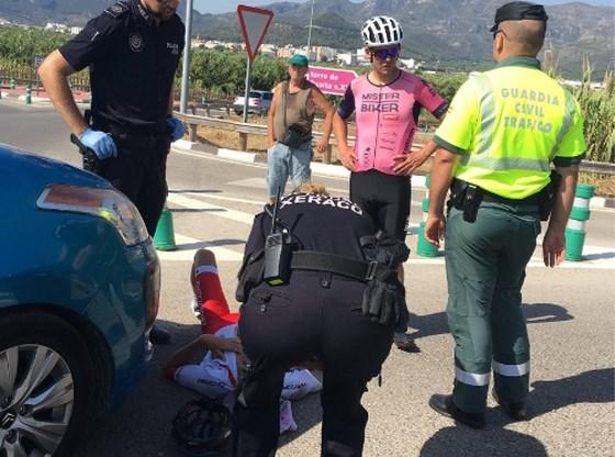 Alweer aanrijding op training: Spaanse wielrenner en triatleet omver gereden door auto