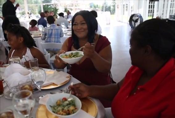 Bruid tovert afgelast huwelijk om tot daklozenfeest