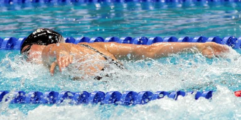 Kimberly Buys grijpt op WK naast finaleplaats op 100 meter vlinderslag
