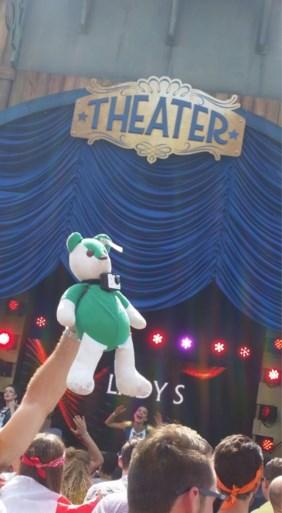 Vrienden vinden knuffelbeer van overleden vriend terug op Tomorrowland