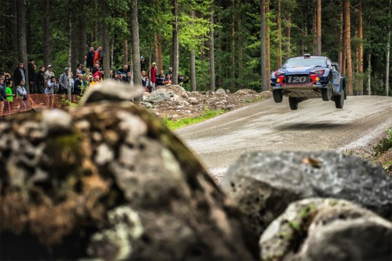 Thierry Neuville schuift op (en rekent op dame Fortuna) in Rally van Finland