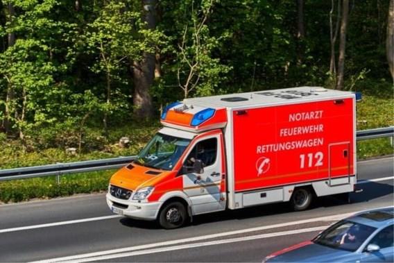 Vrachtwagen rijdt Vlaamse vakantiegangers aan op Duitse snelweg: man overleden