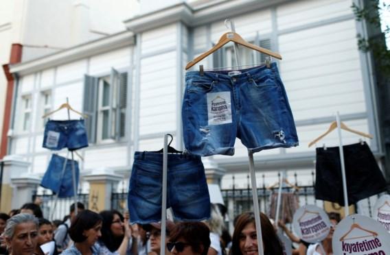 Turkse vrouwen protesteren tegen 'conservatieve dresscode'